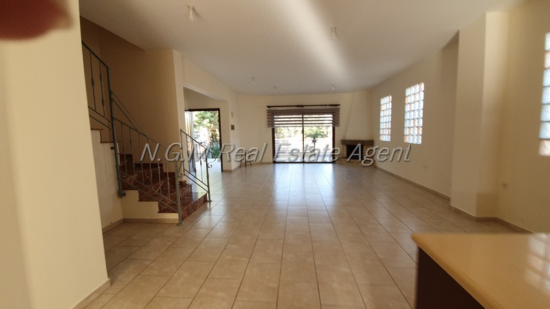 4 bedroom seni-detached house with spacious bedrooms and fireplace