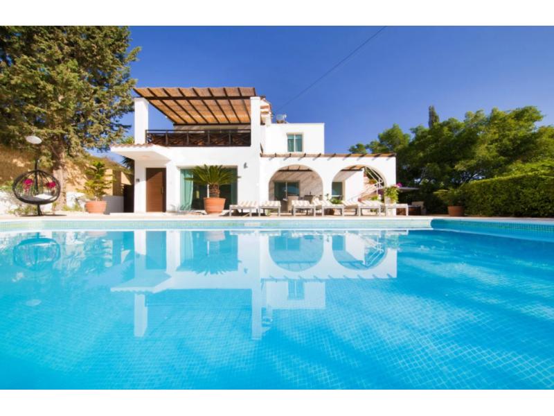 4 bedroom villa with pool in Peyia