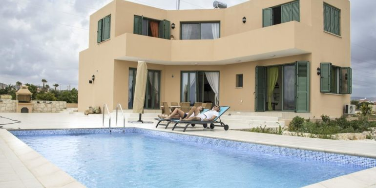 3 bed modern furnished with pool