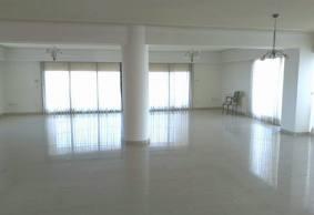 4 bedroom top floor apartment with sea view