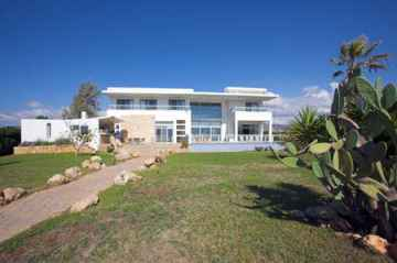 Exclusive sea front villa for long term rent