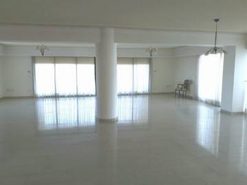 4 bedroom top floor apartment with sea view