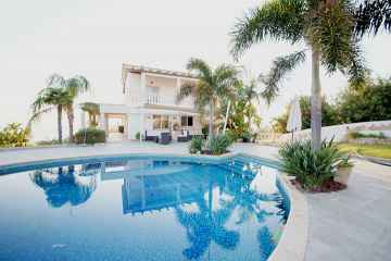 Luxury 7 bed villa in Coral Bay for rent