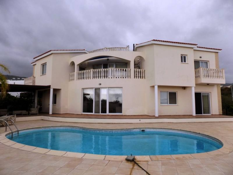 3 bed Furnished villa in Peyia for rent