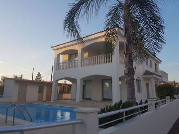 spacious 4 bedroom detached house for rent in Anarita