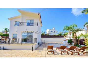 3 bedroom detached with private pool in Coral Bay long term rent