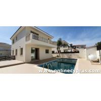 3 bedroom detached with private pool